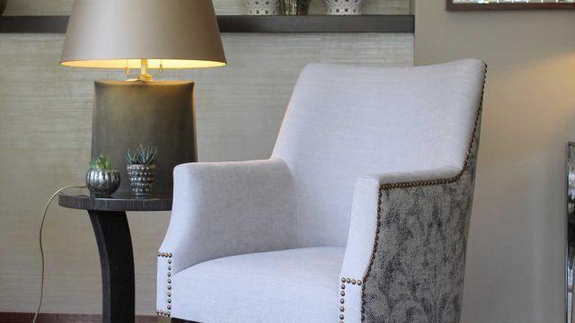 Butaca París con patas en madera pintada y mesa lateral Flor con base en acero y cuerpo en enchape negro veteado acabado brillante
