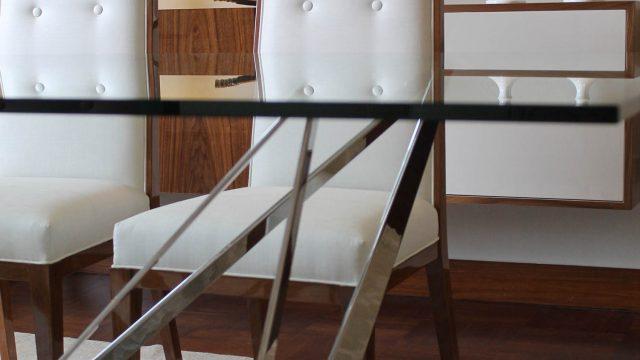 Mesa de comedor monarca en platina de acero y sillas Bellini en madera cedro acabado brillante